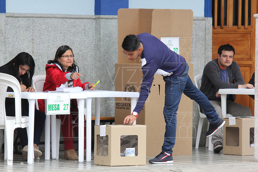 PASTO -COLOMBIA. 02-10-2016: Ciudadanos colombianos acuden a las urnas para votar durante el Plebisto, escribiendo un nuevo capitulo en la historia del pais. Hoy los colombianos acuden a las urnas para decir SI o NO al acuerdo de Paz firmado entre el Gobierno y las Fuerzas Armadas Revolucionarias de Colombia Ejercito del Pueblo (FARC-EP) / Colombian citizens go to the polls to vote writing a new chapter in the history of the country. Today Colombians go to the polls to say YES or NO to the peace agreement signed between the government and the Revolutionary Armed Forces of Colombia People's Army (FARC-EP). Photo: VizzorImage / Leonardo Castro /Cont