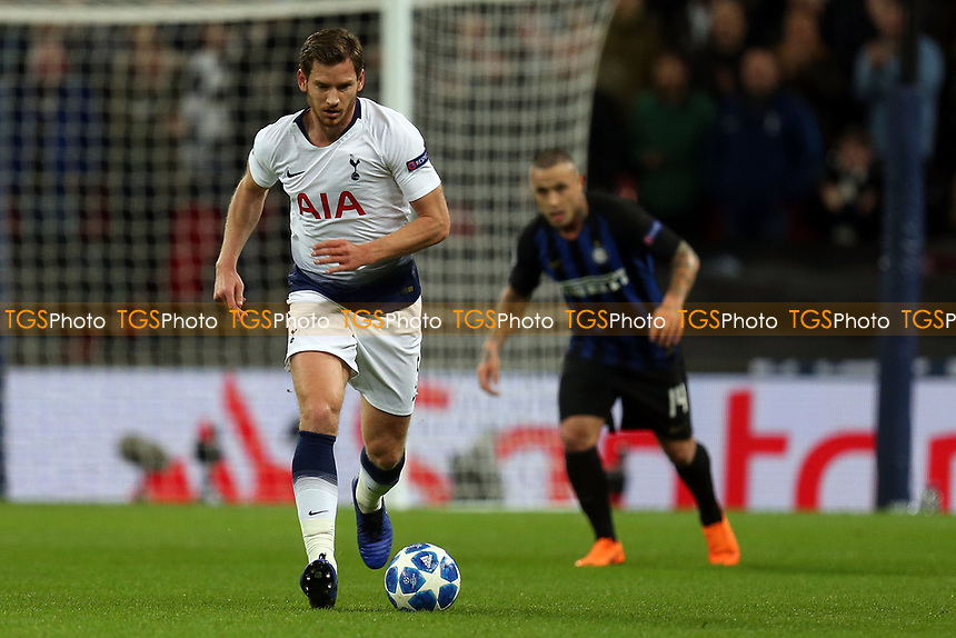 Jan Vertonghen of Tottenham Hotspur and Radja Nainggolan of Internazionale during Tottenham Hotspur vs Inter Milan, UEFA Champions League Football at Wembley Stadium on 28th November 2018