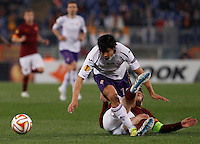 Calcio, Europa League: Ritorno degli ottavi di finale Roma vs Fiorentina. Roma, stadio Olimpico, 19 marzo 2015.<br /> Fiorentina's Matias Fernandez is tackled by Roma's Daniele De Rossi, right, during the Europa League round of 16 second leg football match between Roma and Fiorentina at Rome's Olympic stadium, 19 March 2015.<br /> UPDATE IMAGES PRESS/Isabella Bonotto