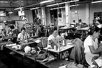 Cuba, Vinales.<br /> Donne al lavoro in una fabbrica tessile.<br /> Cuba, Vinales.<br /> Women at work in a textile factory.