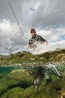 Mann hover smålaks. ---- Man landing small salmon.