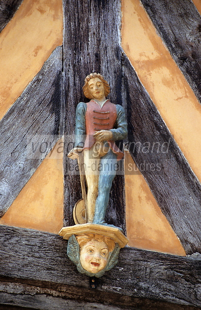 Europe/France/Bretagne/Ille et Vilaine/Rennes: Détail figurine représentant un musicien sur un vieil hotel au 8 rue de la Psalette
