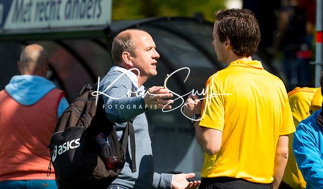 BLOEMENDAAL  -  coach Michel van den Heuvel (Bloemendaal) met scheidsrechter Michiel Otten in de rust van  de play offs heren hoofdklasse Bloemendaal-Kampong (0-2) . Kampong plaatst zich voor de finale.  COPYRIGHT KOEN SUYK