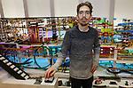"""Foto: VidiPhoto<br /> <br /> NIJMEGEN - Wereldberoemd is hij inmiddels, de 36-jarige Jelle Bakker uit Nijmegen. """"De Knikkerbanenkoning"""", noemen ze hem in Nederland. Inmiddels heeft hij een eigen museum. Op de bovenverdieping naast de winkelruimte van vriend Paul van den Heuvel, die zijn eigen """"poppenverzameling met jeugdsentiment"""" heeft, staat de nieuwste creatie van Jelle. Een indrukwekkend gevaarte met een baanlengte van 348,95 meter, waar 400 kleurrijke knikkers doorheen rollen en via een lopende band de 32 verschillende routes opnieuw kunnen afleggen. Een jaar lang, 367 uur, heeft hij er aan gebouwd."""