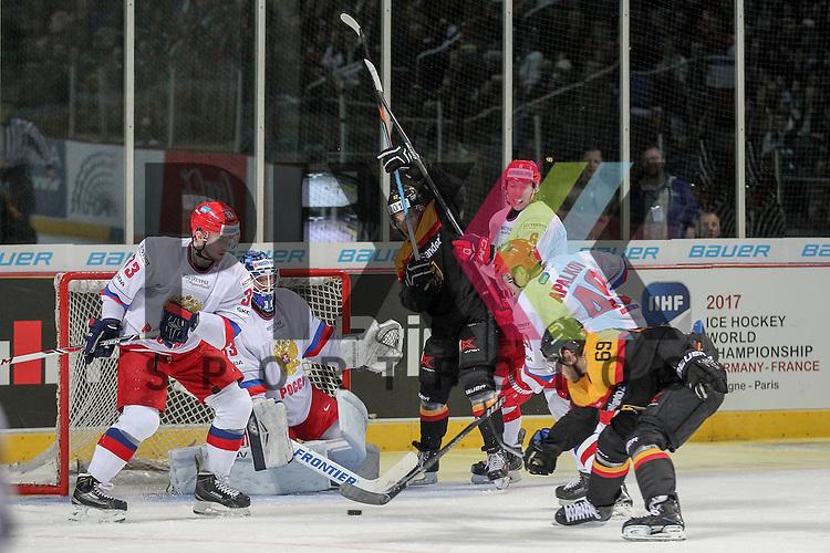 Deutschlands Kettemer, Florian (Nr.69)(EHC Red Bull Muenchen) im Durcheinander vor Russlands Sharychenkov Alexander Mikhaylovich (Nr.83)(Dynamo Moscow) im Spiel IIHF WC15 Germany - Russia.<br /> <br /> Foto &copy; P-I-X.org *** Foto ist honorarpflichtig! *** Auf Anfrage in hoeherer Qualitaet/Aufloesung. Belegexemplar erbeten. Veroeffentlichung ausschliesslich fuer journalistisch-publizistische Zwecke. For editorial use only.