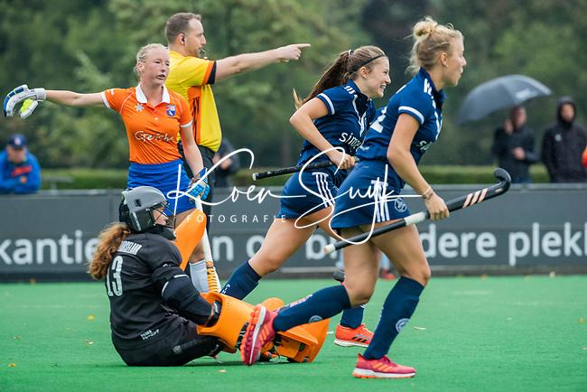 BLOEMENDAAL  - Vreugde bij Kiki Rozemeijer (Pinoke)  nadat Pinoke heeft gescoord. tijdens de hoofdklasse competitiewedstrijd vrouwen , Bloemendaal-Pinoke (1-2) .  links keeper Zoe Van den Barselaar (Bldaal) en Laurien Boot (Bldaal) . COPYRIGHT KOEN SUYK
