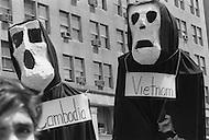 Washington, DC. &ndash; May 9, 1970 <br /> 100.000 students will protest that day against the Kent massacre, they also protest the spread of the Vietnam War to Cambodia.<br /> Washington, DC.  9 mai 1970.<br /> La protestation contre les graves incidents sanglants qui se sont d&eacute;roul&eacute;s &agrave; l&rsquo;Universit&eacute; de Kent, dans l&rsquo;Ohio, a r&eacute;uni 100.000 jeunes &eacute;tudiants qui se sont jet&eacute;s dans les bassins devant le monument de Lincoln. C&rsquo;&eacute;tait une journ&eacute;e ensoleill&eacute;e et beaucoup se mirent nus dans les bassins.