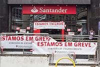 SÃO PAULO, SP, 06.10.2015- GREVE-BANCARIOS- Fachada do banco Santander com cartazes de greve na rua Boa Vista, região central de São Paulo na manhã desta terça-feira, 6. A partir de terça 6, bancários de todo o país param por tempo indeterminado. A categoria pede reajuste salarial de 16% com piso de R$ 3.299,66, porém a Federação Nacional dos Bancos (Fenaban) apresentou uma proposta de reajuste salarial de 5,5%, com piso de R$ 1.321,26 a R$ 2.560,23. (Foto: Renato Mendes / Brazil Photo Press)