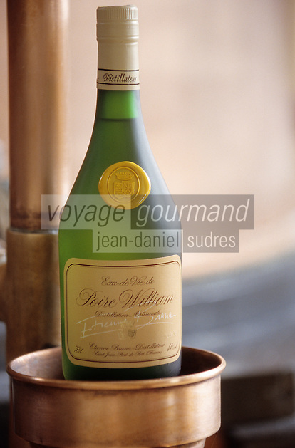 """Europe/France/Aquitaine/64/Pyrénées-Atlantiques/Saint-Jean-Pied-de-Port: Bouteille d'eau de vie de poire Williams chez """"Etienne Brana"""""""