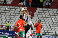 MANIZALES, COLOMBIA, 29-08-2013.  Un jugador del Once Caldas salta por el balòn con Jimmy  Schmidt arquero del Envigado durante partido válido por la séptima fecha de la Liga Postobón II 2013 jugado en el estadio Palogrande de la ciudad de manizales./ Once Caldas player jumps for the ball with Envigado player Jimmy  Schmidt during a match valid for the  seventh date of the Postobon League II 2013 at Palogrande stadium in Manizales city. Photo: VizzorImage/ Yonboni/STR
