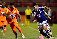 ENVIGADO -COLOMBIA, 21-10-2018: Cristian Arrieta (Izq) jugador de Envigado FC disputa el balón con Roberto Ovelar (Der) jugador de Millonarios durante partido por la fecha 16 de la Liga Águila II 2018 realizado en el Polideportivo Sur de la ciudad de Envigado. / Cristian Arrieta (L) player of Envigado FC fights for the ball with Roberto Ovelar (R) player of Millonarios during match for the date 16 of the Aguila League II 2018 played at Polideportivo Sur in Envigado city.  Photo: VizzorImage/ Leon Monsalve / Cont