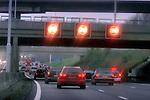 ROTTERDAM Op een aantal snelwegen in de Randstad is in de winter van 2005 een maximum snelheid van 80 km/uur ingesteld met het doel de geluidsoverlast, milieuverontreiniging en het fileprobleem te verminderen. ANP PHOTO COPYRIGHT TON BORSBOOM.