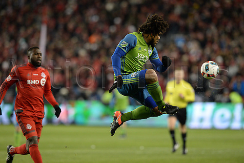 10.12.206. Toronto, ONT, Canada. MLS Football League Cup. Roman Torres (29) of Seattle Sounders jumps for the ball during the first half of the MLS Cup Final game between Toronto FC and Seattle Sounders on December 10, 2016, at BMO Field in Toronto, ON, Canada.