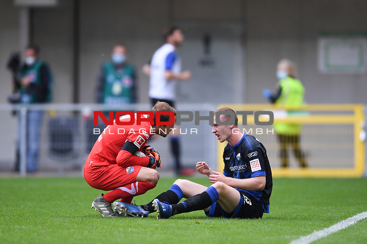Sebastian Schonlau (SC Paderborn #13) mit schmerzverzertem Gesicht auf dem Boden. Torwart Leopold Zingerle (SC Paderborn #17) bei ihm.<br /><br />Foto: Edith Geuppert/GES /Pool / Rauch / nordphoto <br /><br />DFL regulations prohibit any use of photographs as image sequences and/or quasi-video.<br /><br />Editorial use only!<br /><br />National and international news-agencies out.