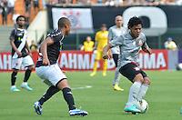 ATENÇÃO EDITOR: FOTO EMBARGADA PARA VEÍCULOS INTERNACIONAIS - SÃO PAULO, SP, 27 OUTUBRO DE 2012 - CAMPEONATO BRASILEIRO - CORINTHIANS x VASCO DA GAMA: Romarinho (d) durante partida Corinthians x Vasco da Gama,  válida pela 33ª rodada do Campeonato Brasileiro de 2012, em partida disputada no Estádio do Pacaembu em São Paulo. FOTO: LEVI BIANCO - BRAZIL PHOTO PRESS