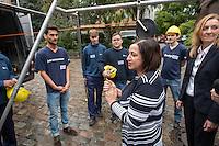 """Gefluechtete werden Auszubildende bei den Berliner Wasserbetrieben.<br /> Im Rahmen des sog. """"Horizonte""""-Projektes haben seit Jahresanfang sechs junge Gefluechtete aus Afghanistan, Aegypten, Aethiopien, Iran, Pakistan und Syrien gemeinsam mit sechs Berliner Jugendlichen als Sprachtandem ein Praktikum durchlaufen. Die Berliner Jugendlichen haben den Gefluechteten wesentlich beim erlernen der deutschen Sprache geholfen.<br /> Zehn Jugendliche beginnen im September Ausbildung eine Ausbildung bei den Berliner Wasserbetrieben.  <br /> Die Senatorin fuer Arbeit, Integration und Frauen, Dilek Kolat (vorne) und der Personalvorstaendin der Wasserbetriebe, Kerstin Oster (rechts), uebergaben den Jugendlichen am Freitag den 5. August 2016 bei einer kleinen Feier ihr Praktikumszertifikat und beglueckwunschten sie zu ihrem Ausbildungsplatz.<br /> 5.8.2016, Berlin<br /> Copyright: Christian-Ditsch.de<br /> [Inhaltsveraendernde Manipulation des Fotos nur nach ausdruecklicher Genehmigung des Fotografen. Vereinbarungen ueber Abtretung von Persoenlichkeitsrechten/Model Release der abgebildeten Person/Personen liegen nicht vor. NO MODEL RELEASE! Nur fuer Redaktionelle Zwecke. Don't publish without copyright Christian-Ditsch.de, Veroeffentlichung nur mit Fotografennennung, sowie gegen Honorar, MwSt. und Beleg. Konto: I N G - D i B a, IBAN DE58500105175400192269, BIC INGDDEFFXXX, Kontakt: post@christian-ditsch.de<br /> Bei der Bearbeitung der Dateiinformationen darf die Urheberkennzeichnung in den EXIF- und  IPTC-Daten nicht entfernt werden, diese sind in digitalen Medien nach §95c UrhG rechtlich geschuetzt. Der Urhebervermerk wird gemaess §13 UrhG verlangt.]"""