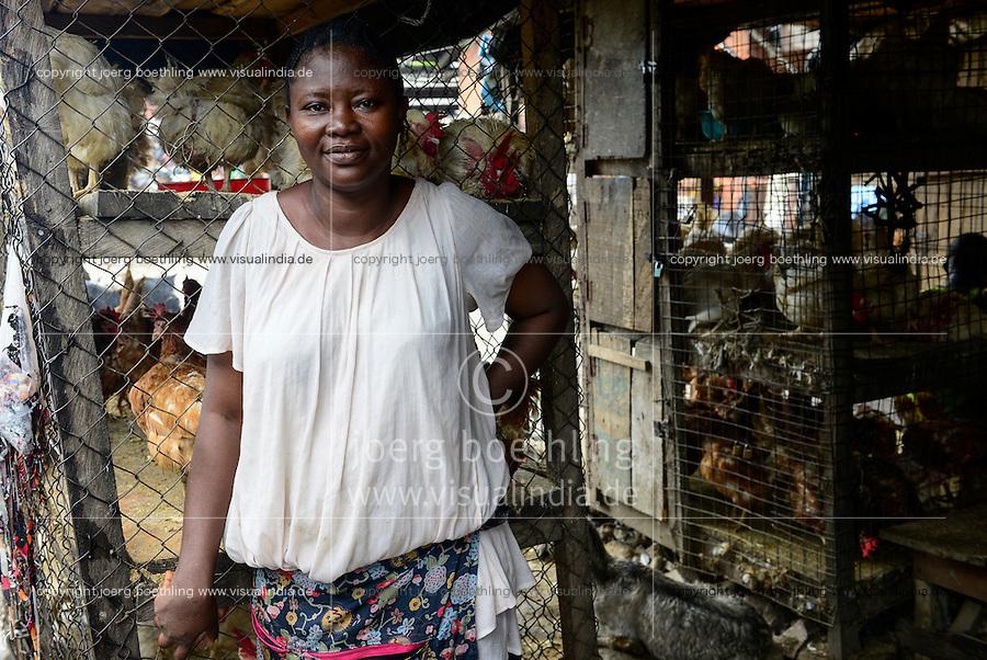 NIGERIA, Lagos, Arena Markt , Verkauf von lebenden Huehnern und Schlachtung vor Ort, Frau Titilope Asinuju Iaybo, Marktfrau hat Legehennen in Ibadan gekauft