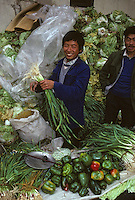 Asie/Chine/Jiangsu/Env Nankin: Marché libre de la rue Shan-Xi - Marchand ambulant de choux chinois, poivrons et oignons frais<br /> PHOTO D'ARCHIVES // ARCHIVAL IMAGES<br /> CHINE 1990