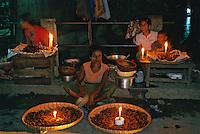 Asie/Birmanie/Myanmar/Haute Birmanie/Mandalay: Fête foraine - Marchands de nourriture