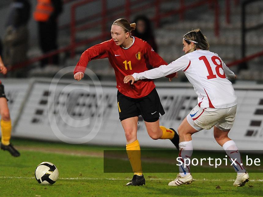 Belgium - Czech Republic : Inge Heiremans aan de bal voor  Iva Mocova.foto DAVID CATRY / Vrouwenteam.be