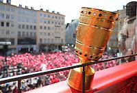FUSSBALL  DFB POKAL FINALE  SAISON 2013/2014  18.05.2014 Der FC Bayern Muenchen feiert auf dem Rathausbalkon am Muenchner Marienplatz, DFB Pokal auf dem Balkon