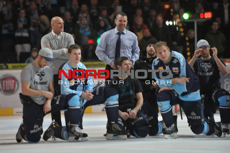 19.01.2014,  O2 World, Hamburg, GER, DEL, Hamburg Freezers vs Straubing Tigers, im Bild die Freezers feiern mit Trainer Benoit Laporte (Hamburg) ihren Sieg//, Hamburg  Foto © nordphoto / Witke