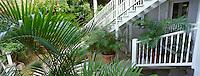 """Les Bahamas /Ile d'Eleuthera/Harbour Island/Dunmore Town: Hotel """"Le Landing"""" situé dans une demeure en bois datant de 1800 - Escalier menant à la coursive supérieure"""