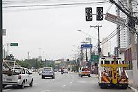 SAO PAULO, SP - 06.10.2015 - TRANSITO-SP - Sistema de sinalização fica parcialmente desativado na avenida Roque Petroni Jr. na manhã desta terça-feira (06), zona sul da capital. Após acidente entre ônibus e poste, a AES Eletropaulo desligou a energia na região por tempo indeterminado. (Foto: Fabricio Bomjardim/Brazil Photo Press)