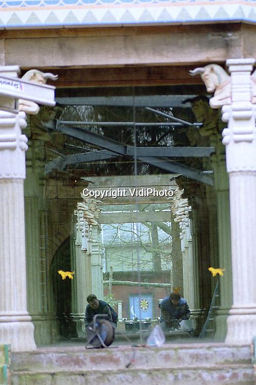 """Foto: VidiPhoto..AMERSFOORT - Met de bouw van de """"Stad der Oudheid"""" probeert Dierenpark Amersfoort meer publiek te trekken. De eerste fase, het """"Paleis van koning Darius"""", is inmiddels gereed. Aan onder meer .""""De tempel van Luxor"""", de tweede fase, wordt nu gewerkt. In de """"Stad der Oudheid"""" staat het publiek oog in oog met de dieren, soms slechts gescheiden door een doorzichtige glazen wand."""