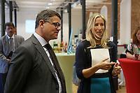 Prof. Dr. Ruth Stock-Homburg (TU Darmstadt) erklärt Wissenschaftsminister Boris Rhein die Ausstellung im Future Innovation Lab
