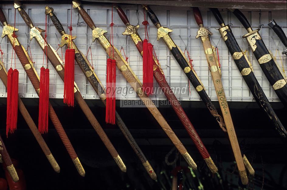 Asie/Chine/Jiangsu/Nankin: Quartier du temple de Confucius: Détail des sabres dans une boutique d'arts martiaux<br /> PHOTO D'ARCHIVES // ARCHIVAL IMAGES<br /> CHINE 1990