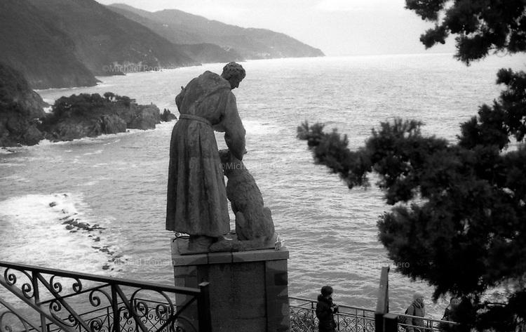 01.2010 Cinque Terre (Italia)<br /> <br /> Saint Francis of assisis statue.<br /> <br /> Statue de Saint François d'Assise.