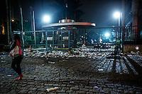 SAO PAULO,SP, 25.10.2014 - EDITORA ABRIL / DEPREDAÇÃO - Entrada de prédio onde fica a sede da Editora Abril é alvo de vandalismo após a última publicação da revista Veja, na Marginal Pinheiros, zona oeste de São Paulo, na noite de ontem sexta- feira. Pichações e grande volume de lixo podem ser vistos na entrada do local. (Foto: Adriana Spaca / Brazil Photo Press).
