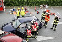 Nederland Hardenberg 2015 08 15. Veiligheidsdag in Hardenberg. In scene gezet auto ongeluk. Ambulance medewerkers en brandweermannen bevrijden een vrouw uit een auto en verlenen eerste hulp
