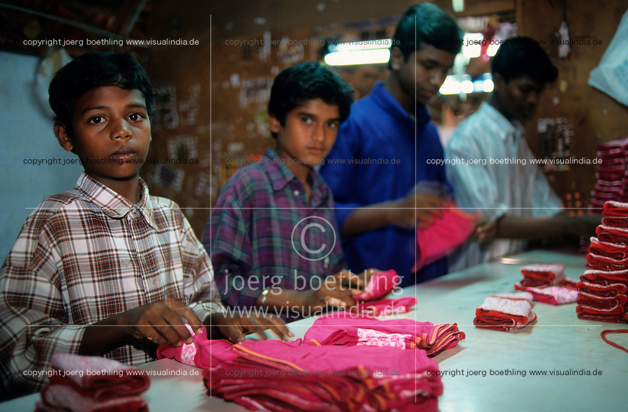 INDIA Tamil Nadu, Tirupur, children work in small textile production units / INDIEN Tirupur, Kinder arbeiten in kleinen Textilbetrieben