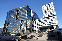 Links het nieuwe World Trade Center (WTC) aan het Jaarbeursplein. Rechts het nieuwe Stadskantoor.