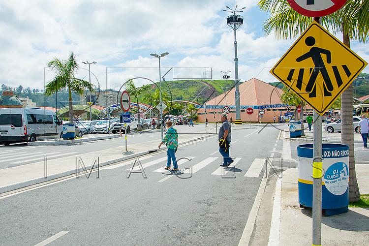 Pessoas atravessando em faixa de pedestre, Aparecida - SP, 10/2016. Uso de imagem autorizado.