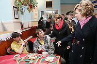 NO REPRO FEE. President McAleese has visited the Focus Ireland Coffee Shop.20/12/2010. President Mary McAleese and Sr Stan Kennedy speak to customersAnthony Cavanagh and Thomas Dunne at the Focus Ireland Coffee Shop and Housing Advice Service in Temple Bar. The Centre provides meals, advice, information and support to the homeless.Picture James Horan/Collins Photos