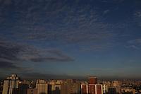 SÃO PAULO, SP, 18/02/2013, CLIMA TEMPO. A capital paulista amanheceu com algumas nuvens na manhã dessa Segunda-feira (18). Uma leve camada de poluição também pode ser vista ao longo do horizonte. Foto feita apartir de predio na região da Mooca. Luiz Guarnieri/ Brazil Photo Press