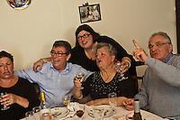 Europe/France/Aquitaine/40/Landes/Dax: Repas chez Madame Aimé, Boucherie: Maison Aimé, Christian Constant avec Madame Aimé et ses filles[Non destiné à un usage publicitaire - Not intended for an advertising use]