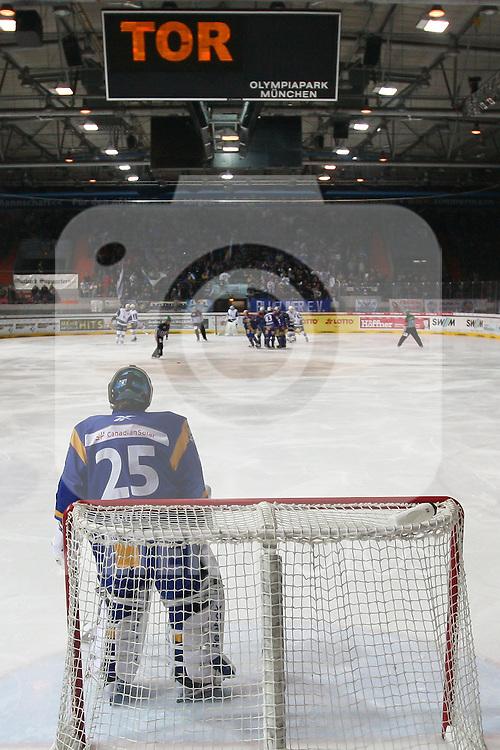 28.10.2010, Olympia Eisstadion, Muenchen, GER, DEL, EHC Muenchen vs Hamburg Freezers, im Bild  Tor f¸r M¸nchen, Foto © nph / Straubmeier