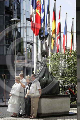 BRUSSELS - BELGIUM - 12 JULY 2006 -- Visitors taking souvenir pictures in front of the statue at the EU-Parliament. -- PHOTO: JUHA ROININEN / EUP-IMAGES