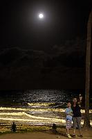 MACEIÓ, AL, 14.11.2016 – LUA-AL – Pessoas observam a Lua cheia na orla de Cruz das Almas, parte baixa de Maceió na noite desta segunda-feira, 14. (Foto: Alisson Frazão/Brazil Photo Press)