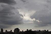 SAO PAULO, SP, 06 DE DEZEMBRO 2012 - CLIMA TEMPO SP - Ceu encoberto de nuvens carregadas com probabilidade de chuvas no inicio da noite, com  temperaturas medindo 33 graus, na região do Bom Retiro, zona central da capital  -  FOTO: LOLA OLIVEIRA/BRAZIL PHOTO PRESS