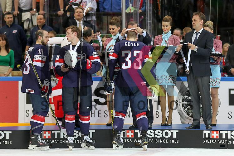 Team USA Gewinnt Bronze, USAs Coyle, Charlie (Nr.33)(Minnesota Wild) bekommt seine Medaille, dahinter USAs Bonino, Nick (Nr.13)(Vancouver Canucks)  nach dem Spiel IIHF WC15 USA vs. Czech Republic die Cermony Bronze.<br /> <br /> Foto &copy; P-I-X.org *** Foto ist honorarpflichtig! *** Auf Anfrage in hoeherer Qualitaet/Aufloesung. Belegexemplar erbeten. Veroeffentlichung ausschliesslich fuer journalistisch-publizistische Zwecke. For editorial use only.