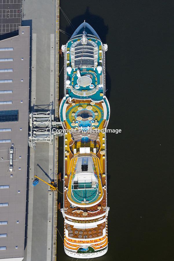 Cruise Center CC3 Steinwerder : EUROPA, DEUTSCHLAND, HAMBURG 02.04.2016   Cruise Center CC3 liegt im Gebiet Steinwerder im  Hamburger Hafens. Der Liegeplatz am Kronprinzkai wird seit Juni 2015 regelmaessig von Kreuzfahrtschiffen der neuesten Generation angelaufen. Der erste Testanlauf erfolgte am 23. Mai 2015.<br /> Der Kronprinzkai in Steinwerder ist für modernste Kreuzfahrtschiffe mit einem Tiefgang von bis zu 13 m ausgelegt. Direkt neben den Abfertigungsgebaeuden stehen auf ca. 35.000 m² insgesamt 1.500 Parkplaetze fuer Kurz- und Langzeitparker zur Verfuegung, sowie 20 Stellflaechen für Reisebusse sowie Haltebuchten fuer Taxen.