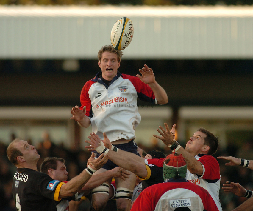 Photo. Glyn Thomas. .Bristol Shoguns v London Wasps. .Powergen Cup, Sixth Round. 19/12/2004..Bristol's Jim Brownrigg attempts to claim the ball from the lineout.