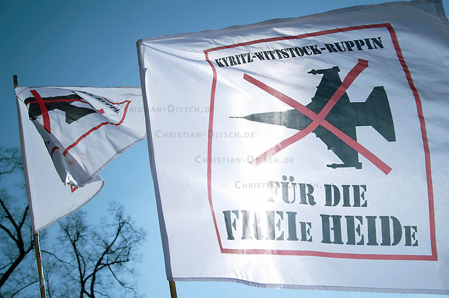Ostermarsch 2009<br />Etwa 10.000 Menschen demonstrierten am Sonntag den 12. April 2009 im brandenburgischen Fretzdorf mit dem traditionellen Ostermarsch gegen die militaerische Nutzung der Wittstock-Ruppiner Heide durch die Bundeswehr und die Nato. Die Bundeswehr will das sogenannte Bombodromgelaende die Uebung von Luft-Boden-Angriffen nutzen. Dagene klagen Buerger aus der Region. Die Bundeswehr hat mittlerweile 27 Prozesse vor Gericht verloren, will aber an einer Nutzung des Bombodroms festhalten.<br />12.4.2009, Fretzdorf/Brandenburg<br />Copyright: Christian-Ditsch.de<br />[Inhaltsveraendernde Manipulation des Fotos nur nach ausdruecklicher Genehmigung des Fotografen. Vereinbarungen ueber Abtretung von Persoenlichkeitsrechten/Model Release der abgebildeten Person/Personen liegen nicht vor. NO MODEL RELEASE! Don't publish without copyright Christian Ditsch/version-foto.de, Veroeffentlichung nur mit Fotografennennung, sowie gegen Honorar, MwSt. und Beleg. Konto: Konto: I N G - D i B a, IBAN DE58500105175400192269, BIC INGDDEFFXXX, Kontakt: post@christian-ditsch.de Urhebervermerk wird gemaess Paragraph 13 UHG verlangt.]