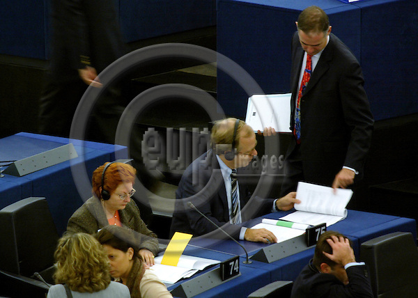 STRASBOURG - FRANCE -21 SEPTEMBER 2002 -- EU-Commissioner Erkki LIIKANEN (C) in the EU-Parliament. -- PHOTO: JUHA ROININEN / EUP-IMAGES