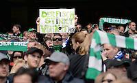 FUSSBALL   1. BUNDESLIGA   SAISON 2012/2013    28. SPIELTAG SV Werder Bremen - FC Schalke 04                          06.04.2013 Ein Werder Fan zeigt ein Schild mit der Aufschrift: DER FISCH STINKT VOM KOPF HER